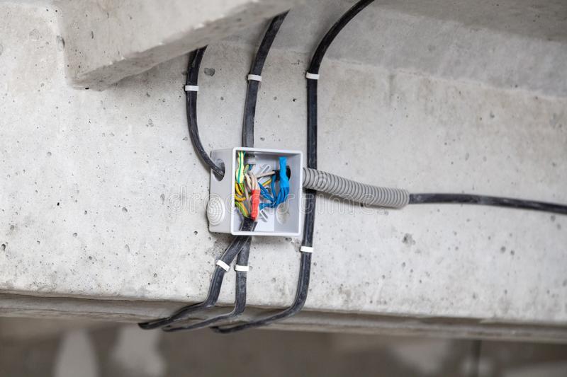 Зачем и как менять электропроводку